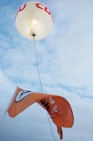 CDU-Ballon und Fahne der Piraten-Partei
