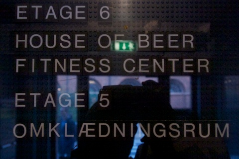 Schild: 6.Etage Fitness Center/House of Beer
